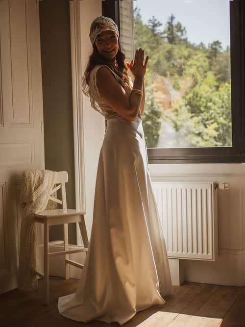 A livron une jeune mariée qui regarde par la fenetre.