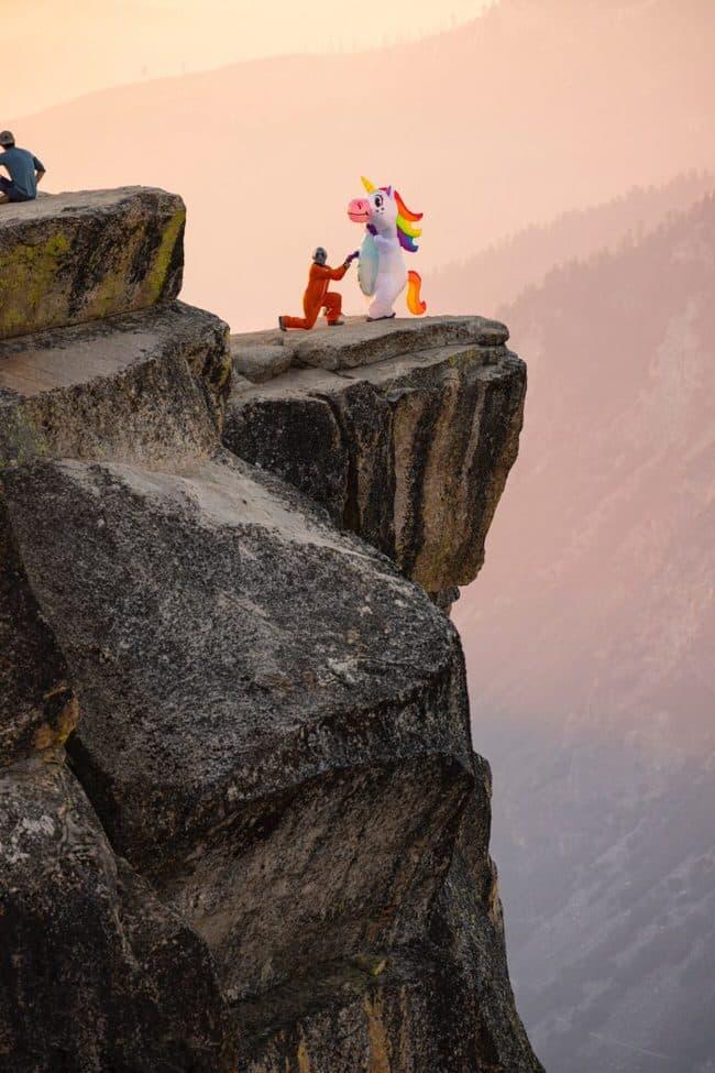 Une licorne gay qui se marie sur une falaise pris en photo par photographe mariage gay.