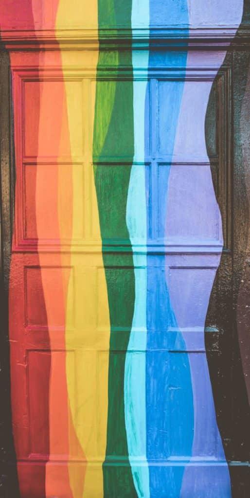 Le drapeaux gay sur une porte par un photographe mariage gay.