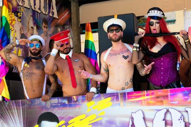 La fête représentant 4 hommosexuels pris en photo par un vidéaste de mariage gay