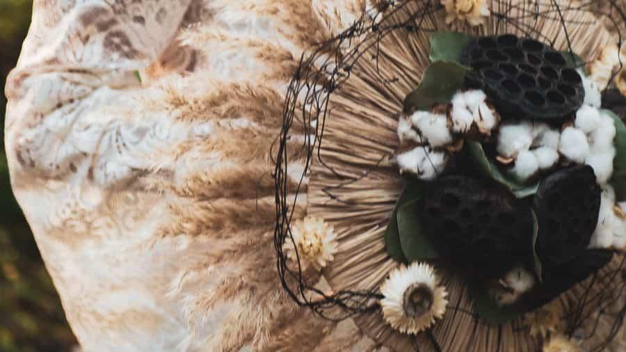 Une photographe génissieux sous le bouquet de la mariée.