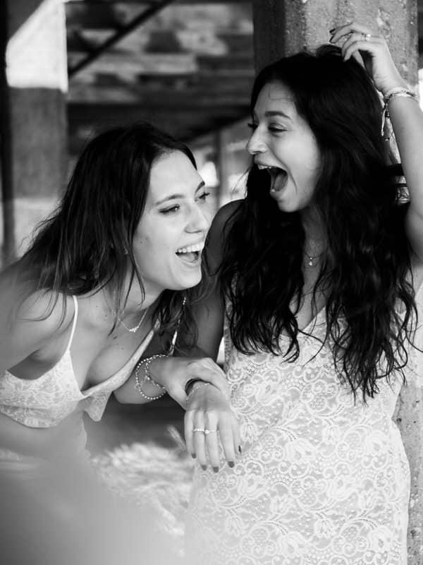 Deux demoiselles d'honneur qui jouent ensemble lors d'animation de mariage.