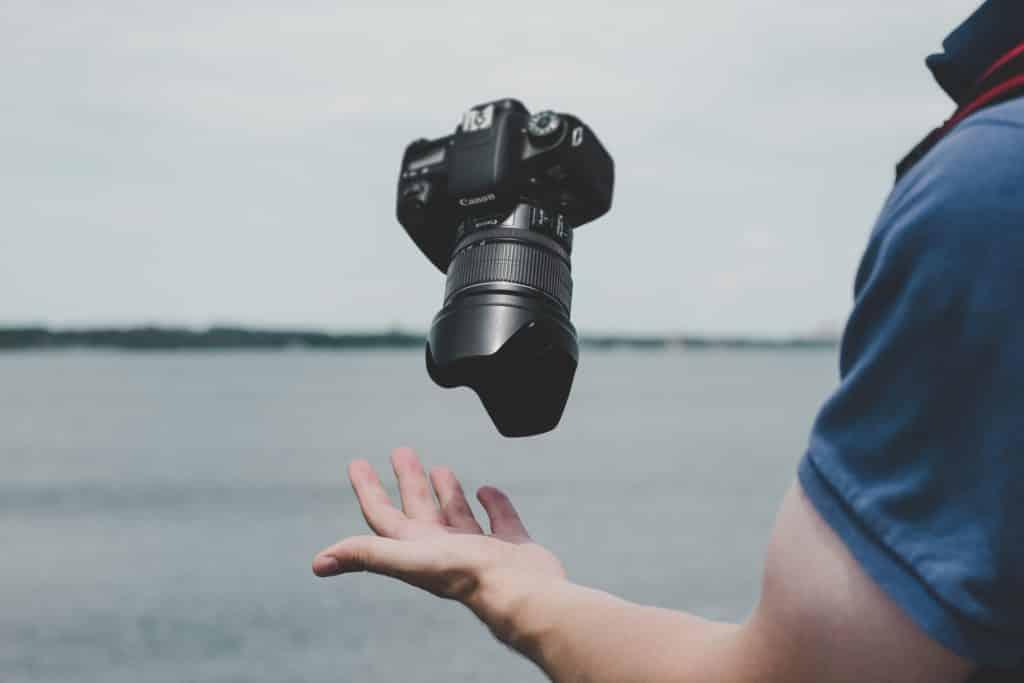 Négocier le tarif d'un vidéaste de mariage et de son photographe.