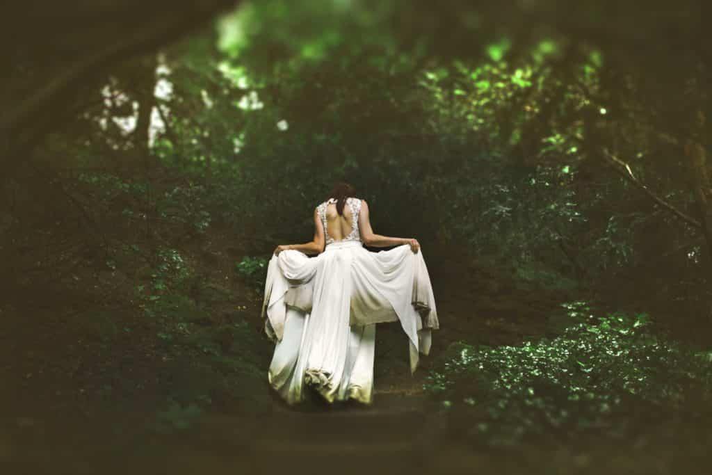Séance photo trash the dress prise dans la forêt.
