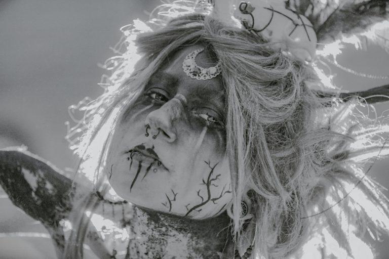 Une mariée maquillée pour un mariage thème gothique