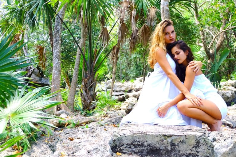 Des jeunes mariées lors d'un mariage tropical chic