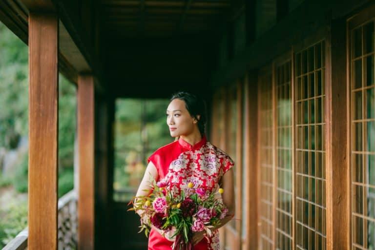 Une jeune mariée asiatique dans la plus pure tradition d'un mariage thème chinois.