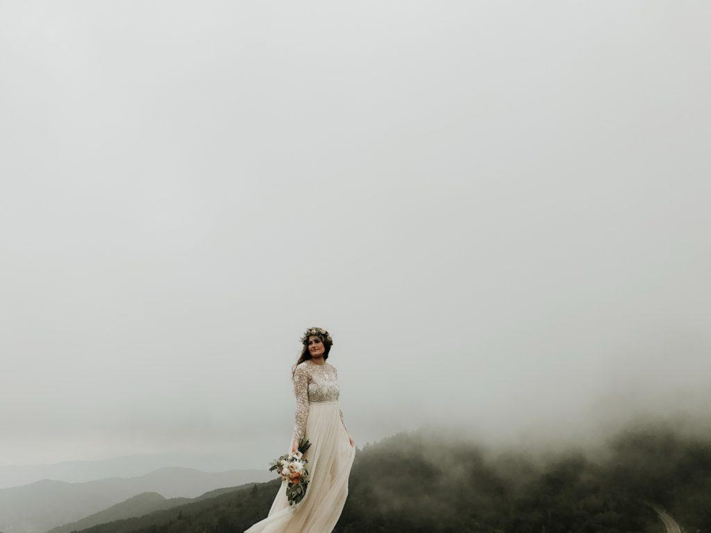Une mariée lors d'une séance photo lors d'un thème mariage automne.