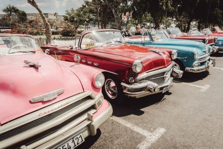 Un alignement de voitures américaines lors d'un mariage thème voiture